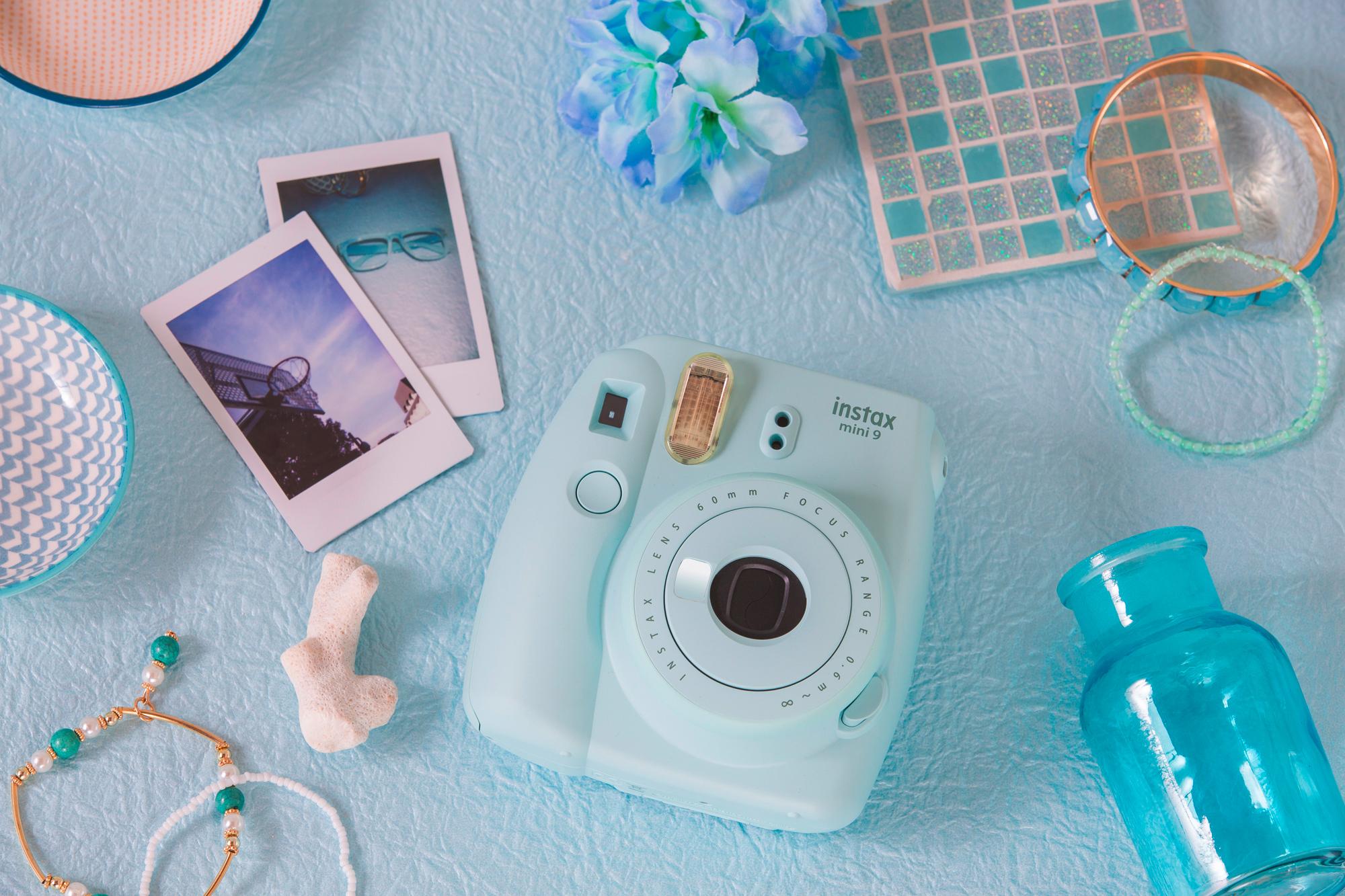 Největší hit letošních Vánoce je fotoaparát Instax Mini 9 v barevné variantě Ice Blue