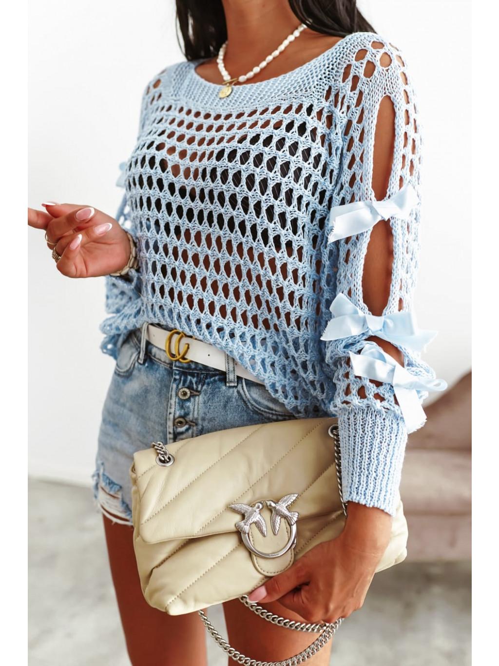 Perforovaný sveter s mašľou - modrý