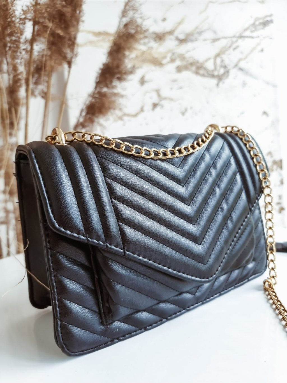 Čierna kabelka so zlatou retiazkou T272