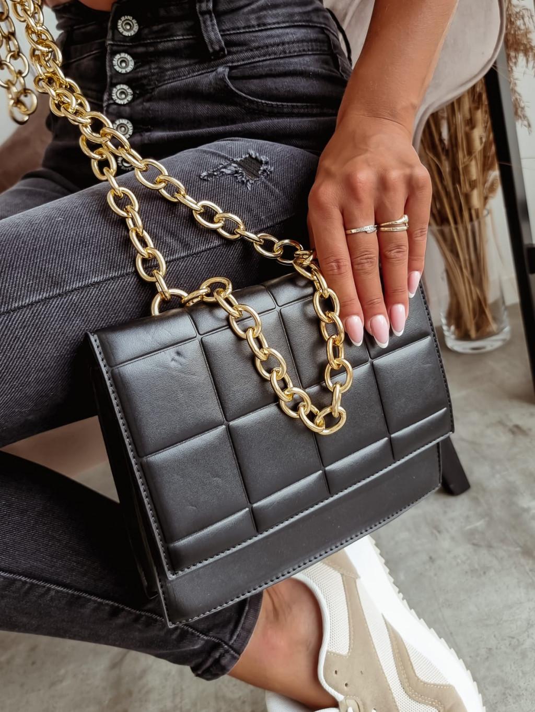 Čierna kabelka so zlatou reťazou T295