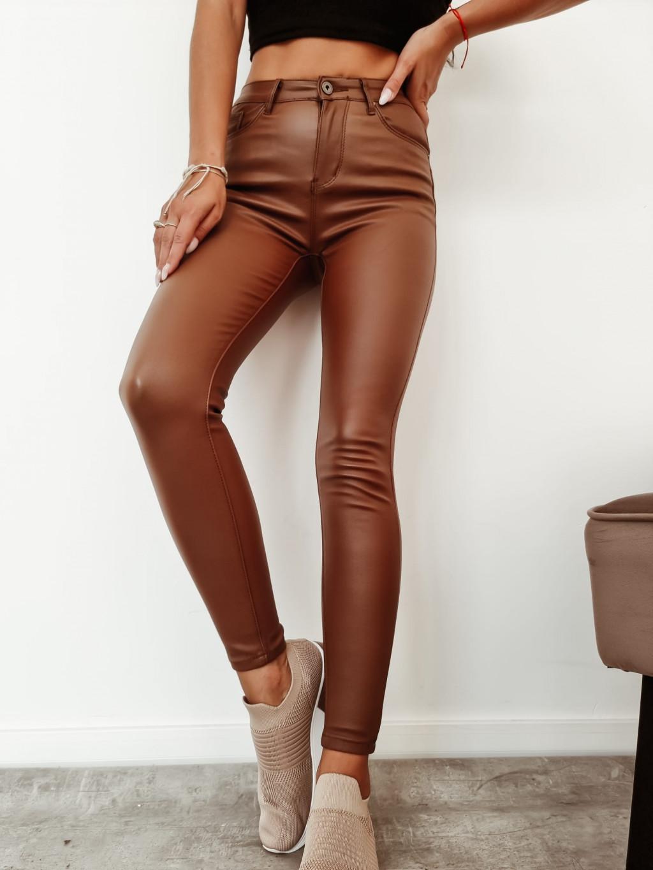 Dámske elastické koženkové nohavice S3892 - hnedé