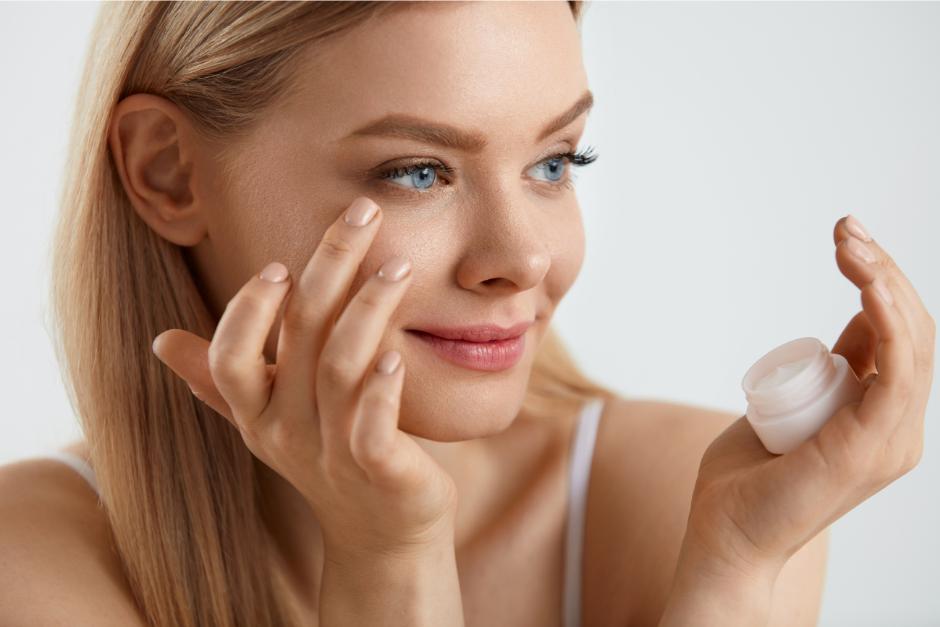 Správná péče o oční okolí vás může viditelně omladit