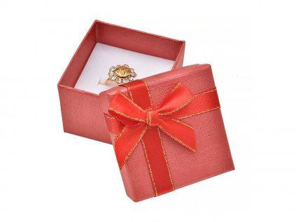cervena-papirova-krabicka-s-masli-se-zlatym-okrajem-na-prsten-nebo-nausnice