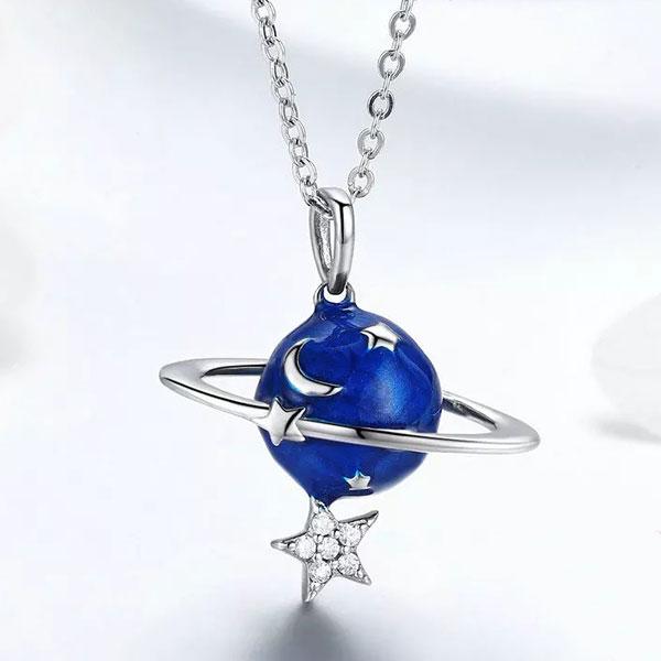 Levně Linda's Jewelry Stříbrný náhrdelník Měsíc a Hvězdy Ag 925/1000 INH078