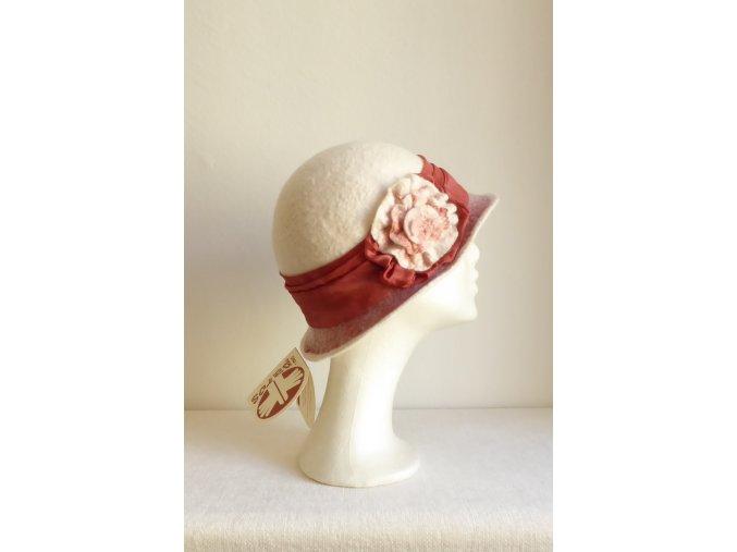 Klobouk plstěný s růží -bílý Csodakalap