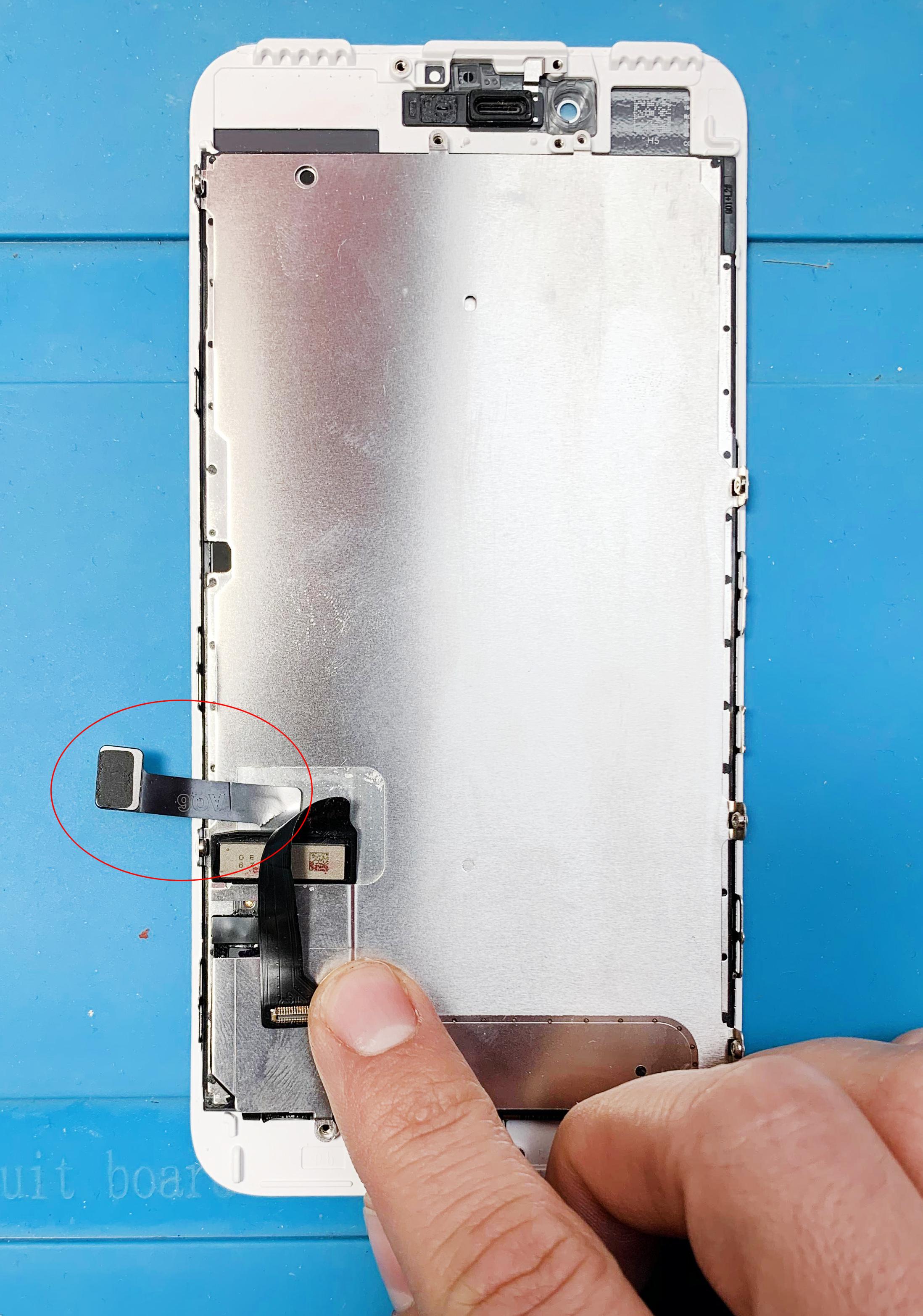 Natržený flex kabel od domácího tlačítka u Apple iPhone 7 Plus