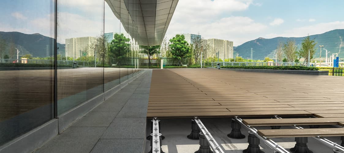 Objevte možnosti podložek pro venkovní terasy řady NEW MAXI
