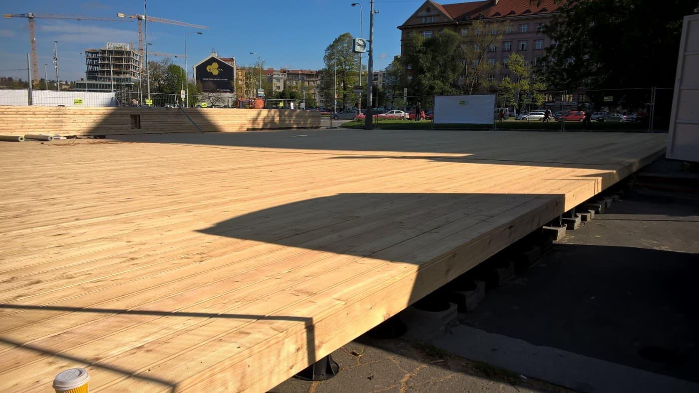 Využití terčů pod dřevo pro velkometrážní plochu.