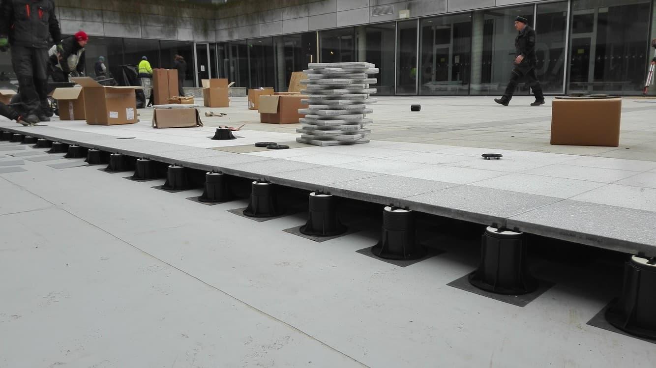 Podložky pod dlažbu pro velkometrážní plochy ve vnitrobloku.