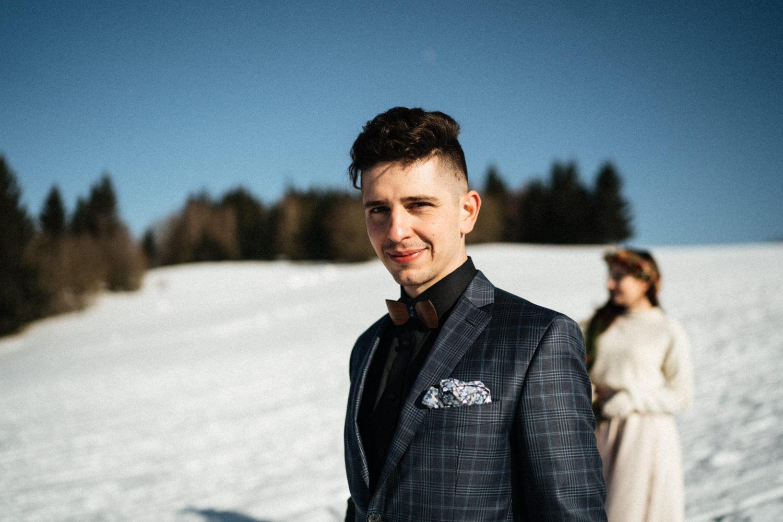 JAATY_zimni-svatba-na-horach-beskydy_dreveny-motylek_zenich