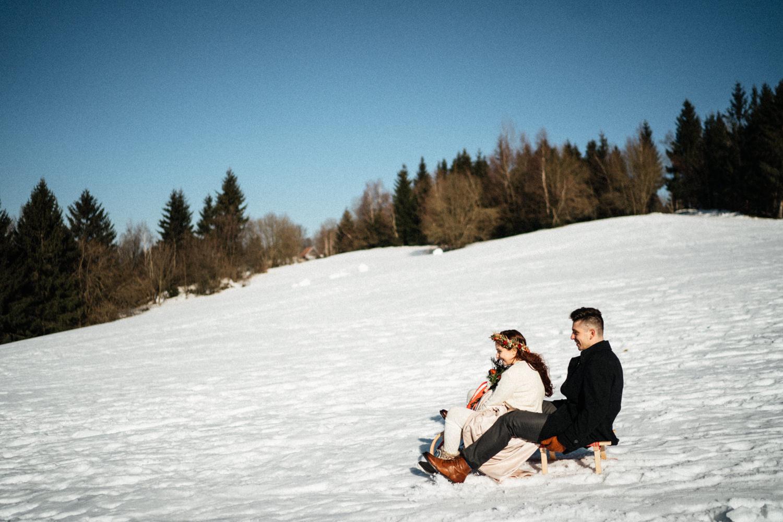 JAATY_zimni-svatba-na-horach-beskydy_na-sanich