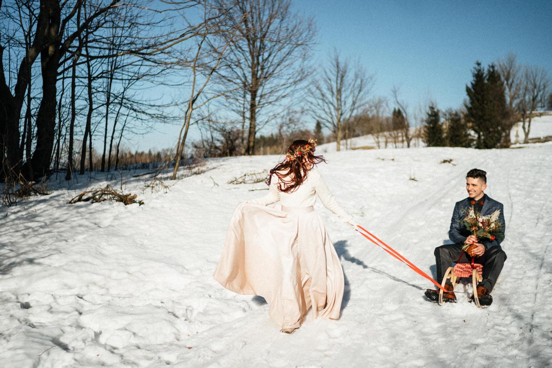 JAATY_zimni-svatba-na-horach-beskydy_sankovani