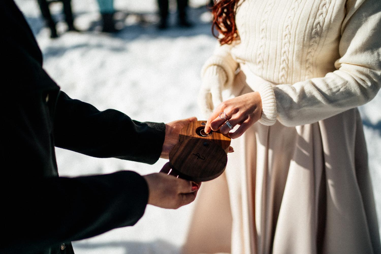 JAATY_zimni-svatba-na-horach-beskydy_snubni-prstynky
