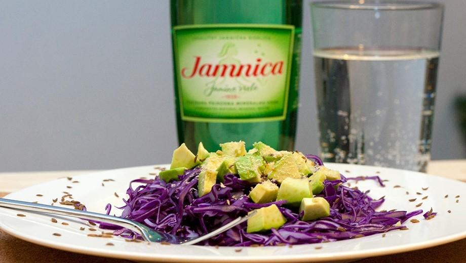 Salát z červeného zelí,dýňového oleje a avokáda