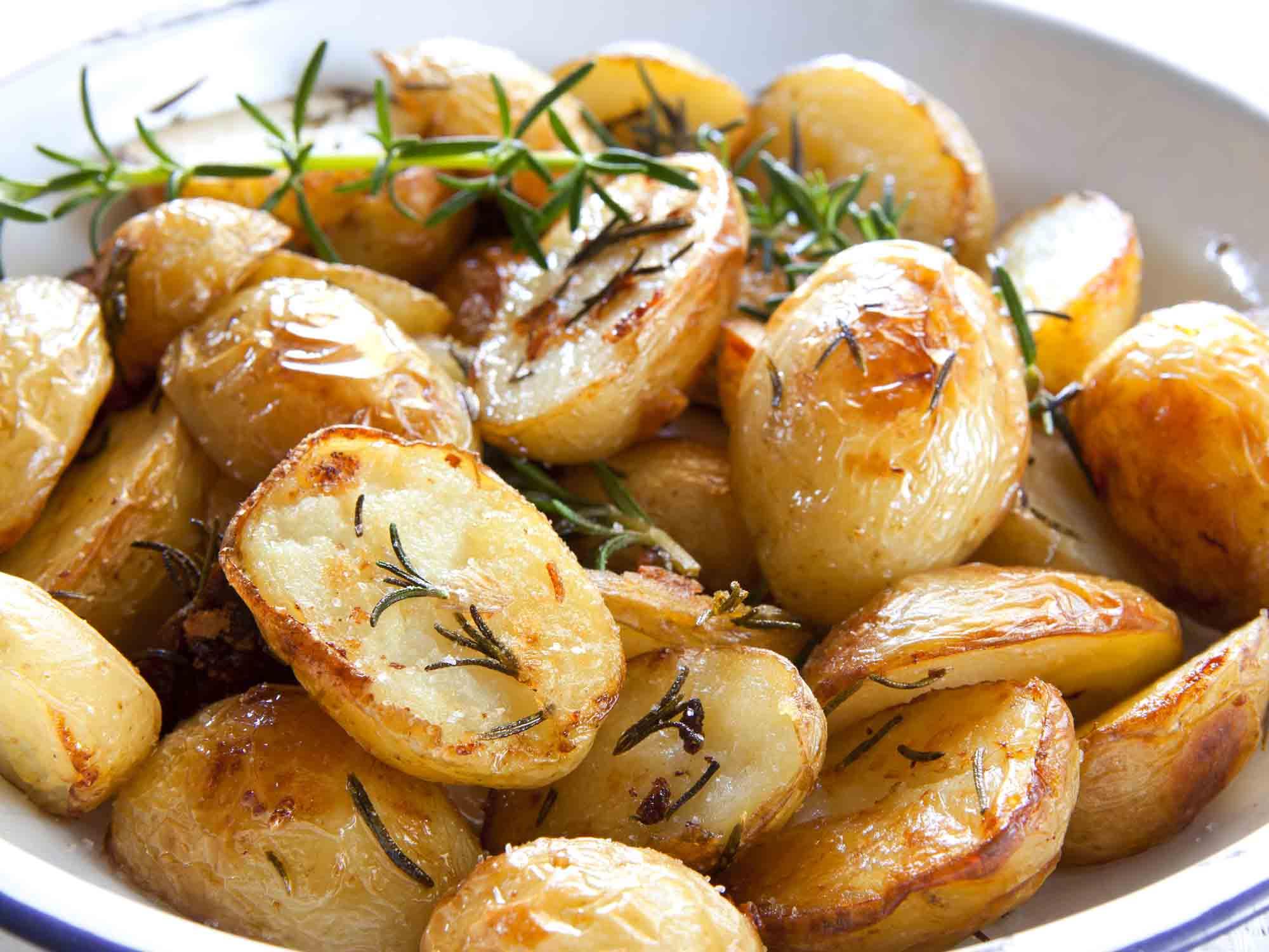 Česnekové brambory pečené na husím sádle