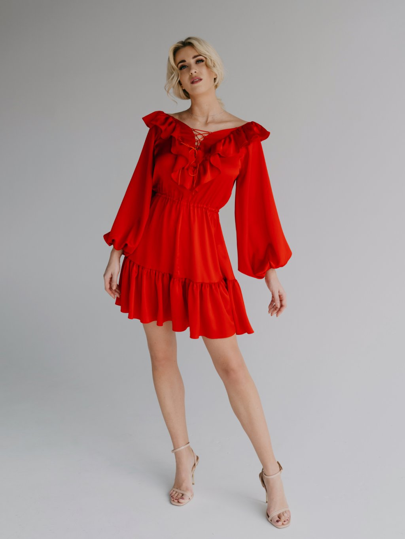 červené volánové šaty