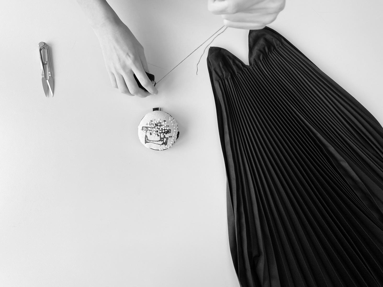 Plisovanie látok, plissé, plisé, zvonové plissé, zvonové plisé, plisovaná sukňa, kde vyplisovať látku, kde plisovať látku, plisovanie látok na zákazku, ručné plisovanie, ručné plisovanie látok, handmade, handpleat, handpleated, pleated skirt, plisovanie