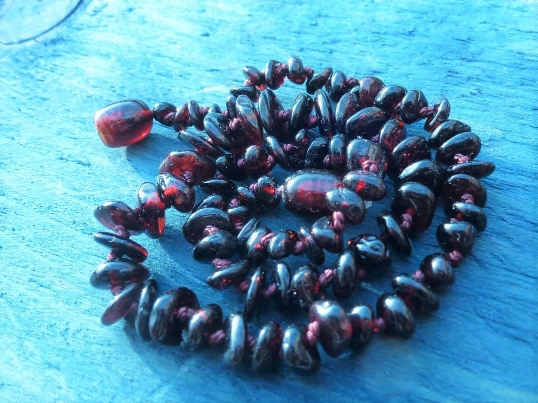 Jantarové korálky v poměrně vzácné rubínové barvě