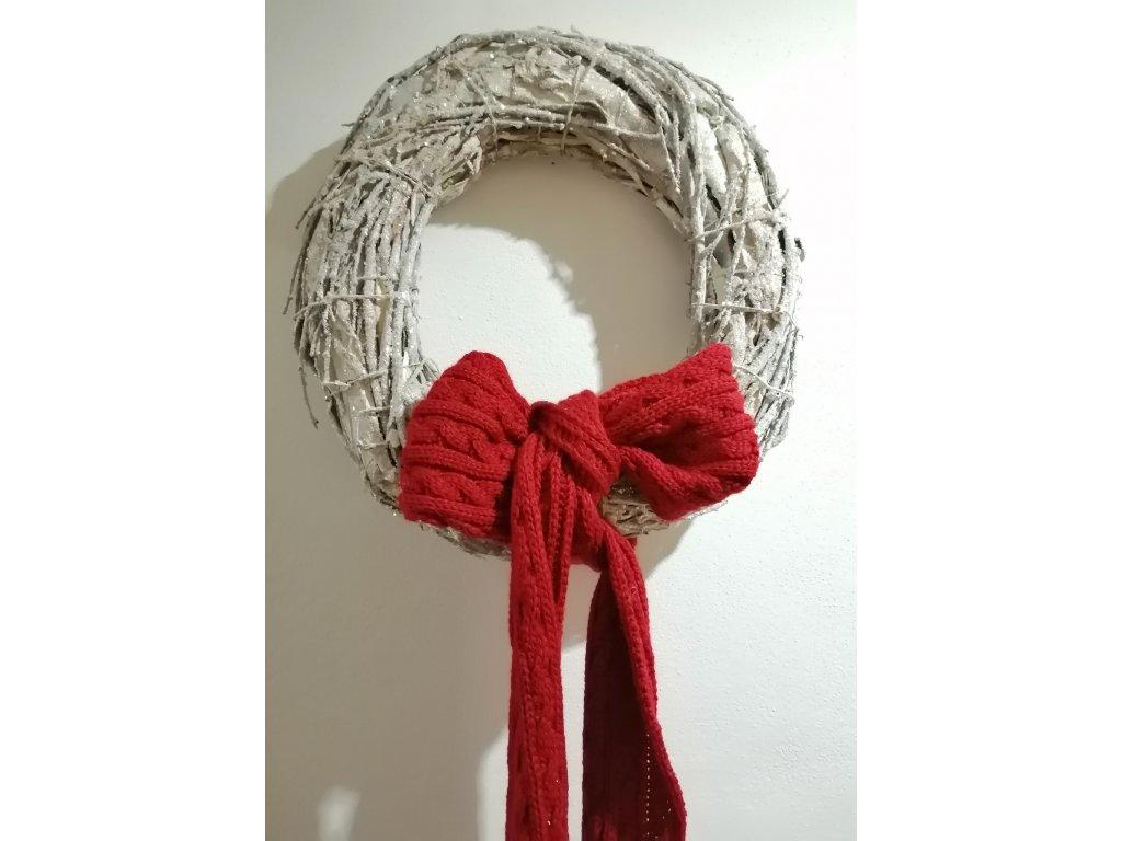 Věnec s červenou šálou
