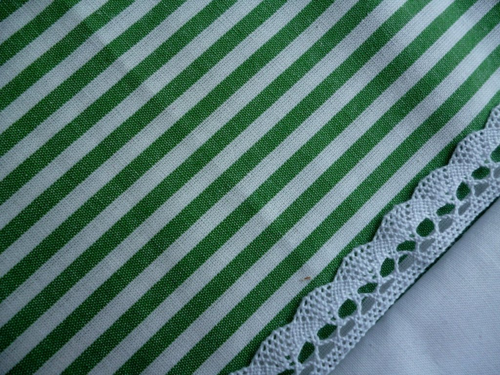 P1040215 proužek 5mm s krajkou a uni bílou zelený