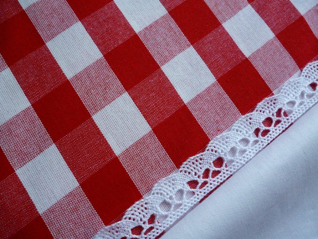 P1040231 kostka 2cm s UNI bílou a krajkou červená