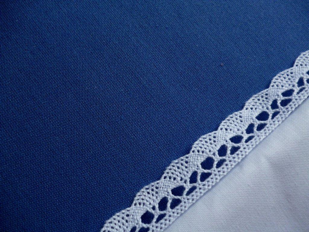 P1040185 Modrá jednobarevná s krajkou a bílou kanafas