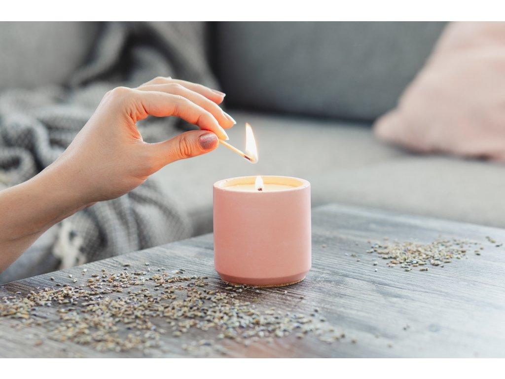 Zdravá sviečka Jemnô v betóne - levanduľa, pačuli, bergamot
