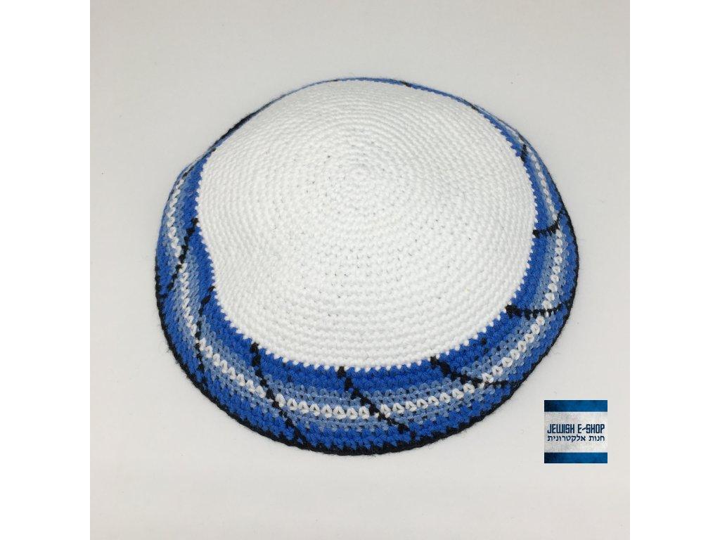 Háčkovaná jarmulka s modrým olemováním