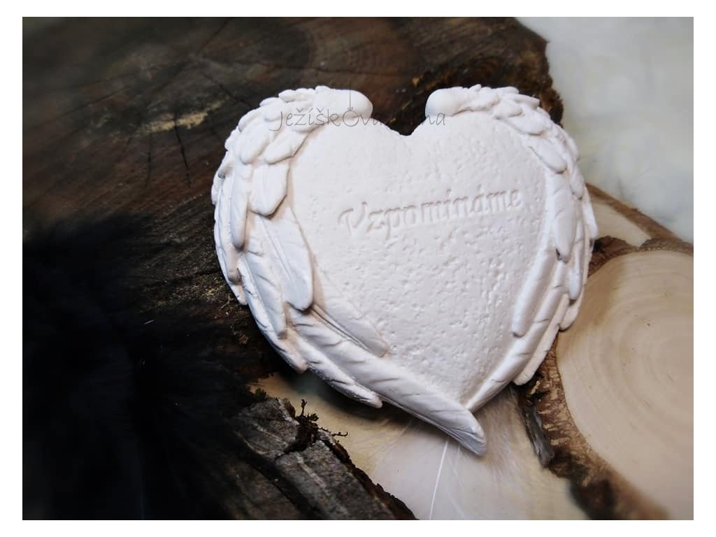Srdíčko s křídly a textem ''Vzpomínáme''