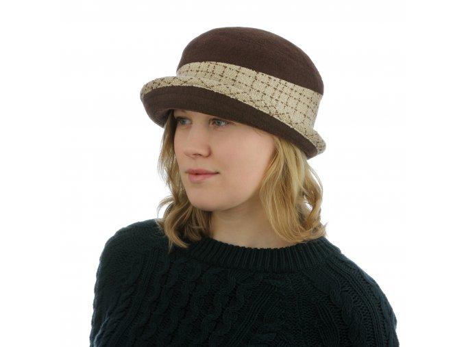 Dámský klobouk s ozdobnou paspulí