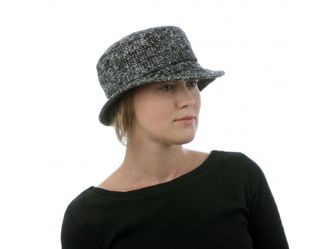Vlněný dámský klobouk z rozšířenou krempou