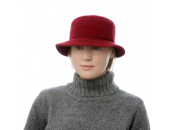 Zimní dámský klobouk zpolyesteru ve vínové barvě