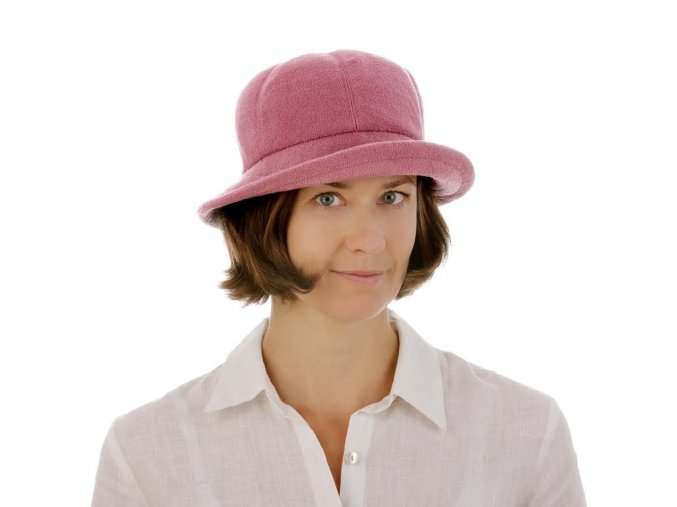 Růžový klobouk z pleteniny