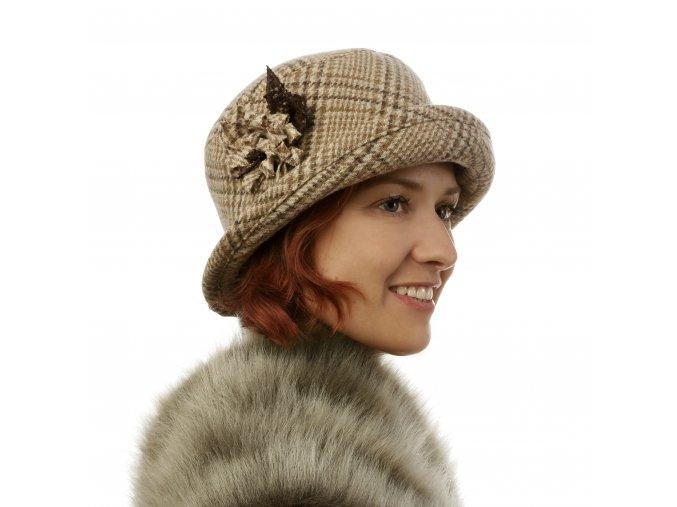 Zimní dámský klobouk s květem