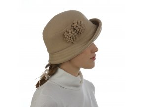 Zimní klobouk zdobený elegantními květy