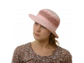 Růžový klobouk zdobený krajkou
