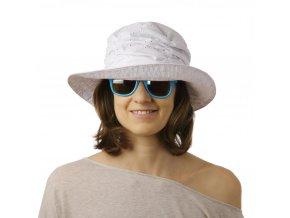 Bílý letní klobouk s vyšívaným vzorem