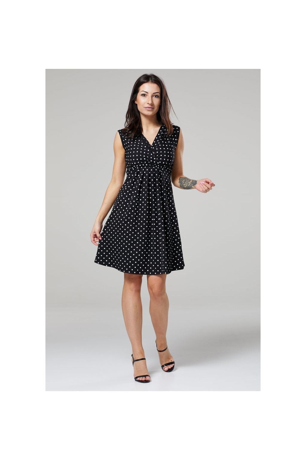 Kojicí šaty s dvojitým výstřihem, černé s puntíky