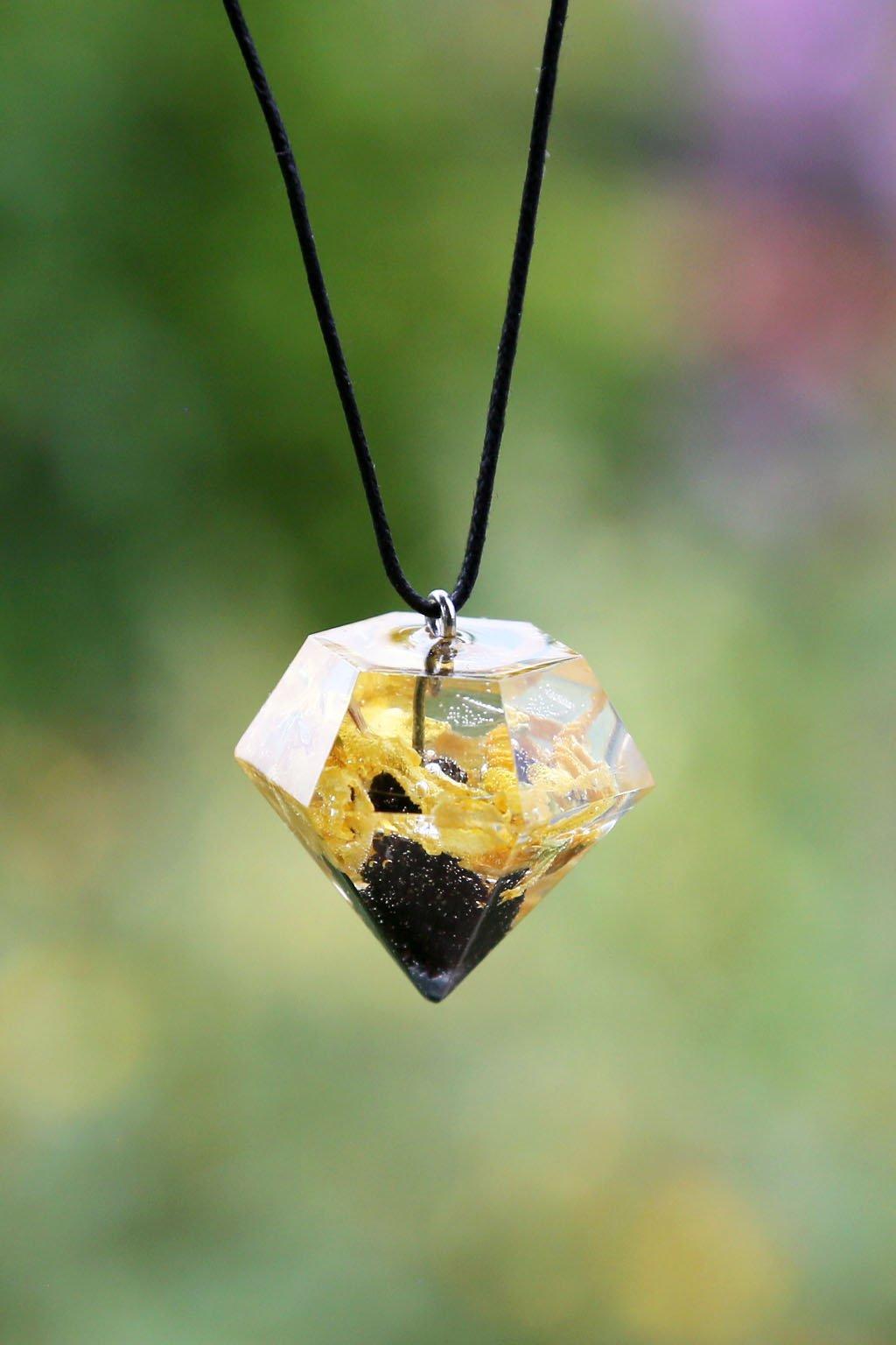 Krystal KAAPO s květy Zlatého deště a Šiškou