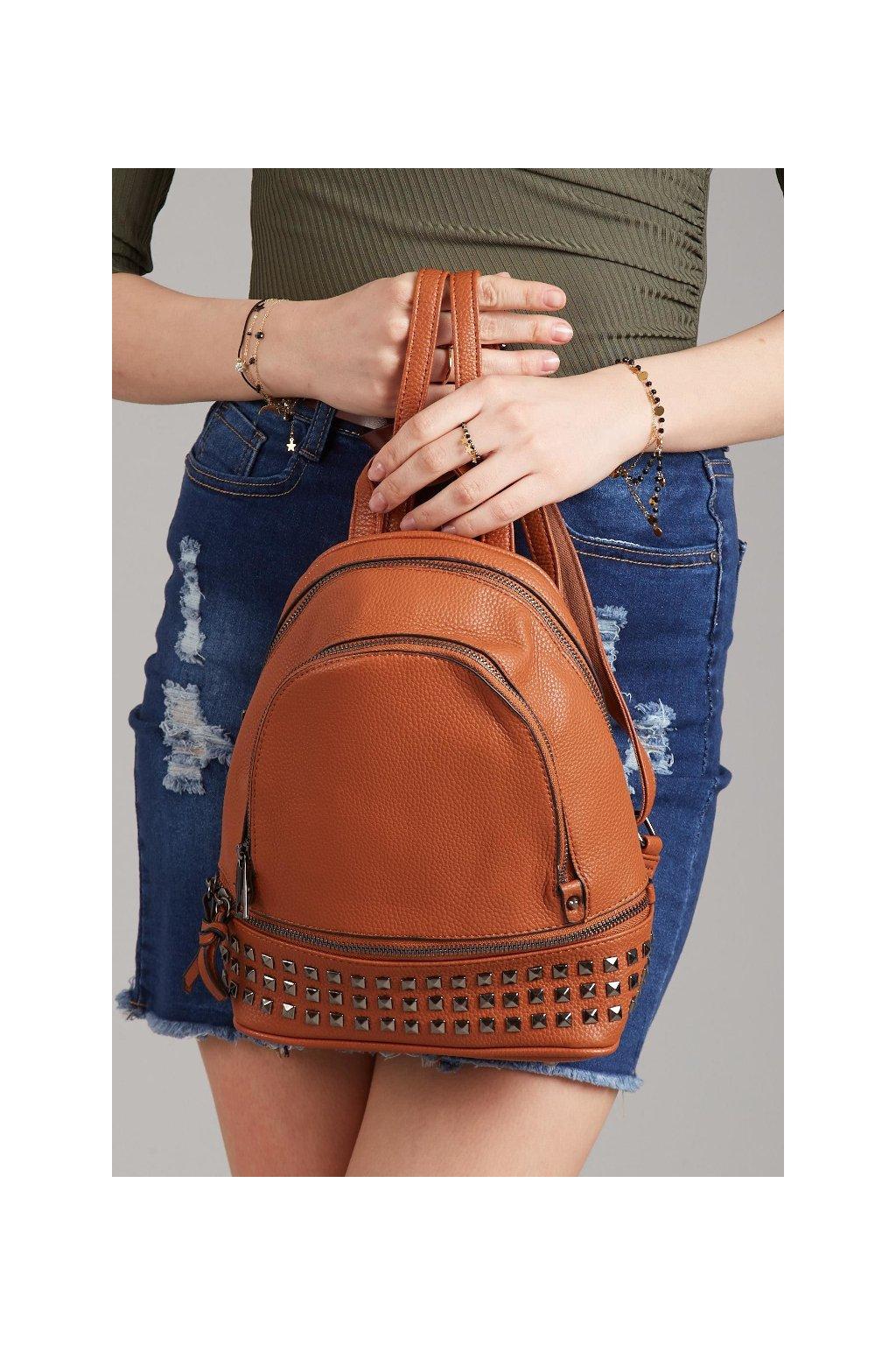 Hnědý batoh s kovovým zdobením