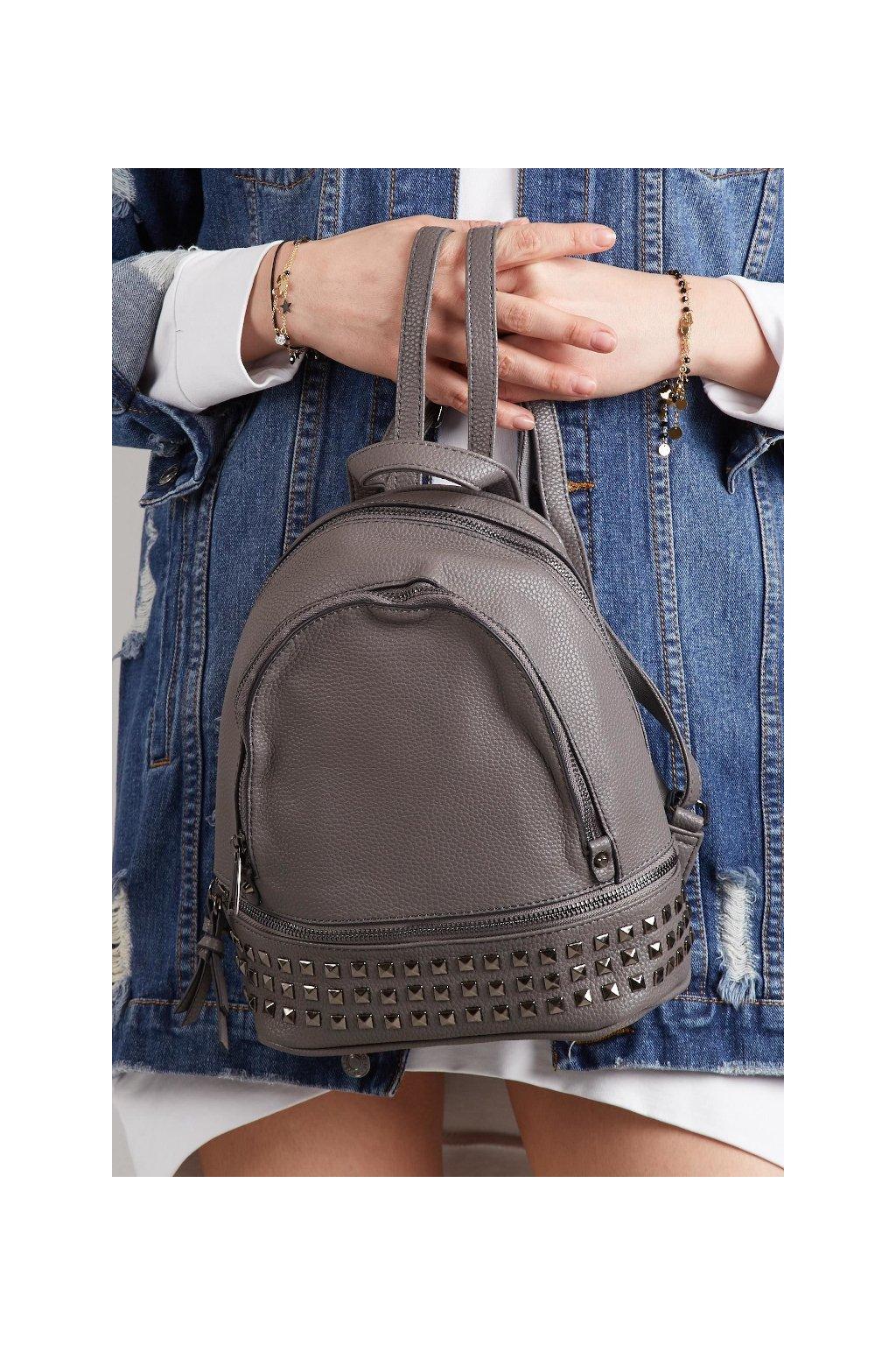 Šedý batoh s kovovým zdobením