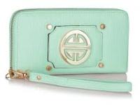 zelená peňaženka zdobená zlatým detailom