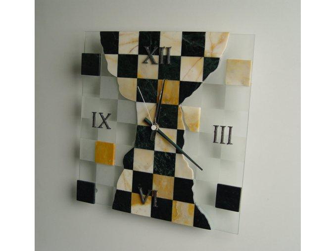 Hodiny na zeď se vzorem šachovnice