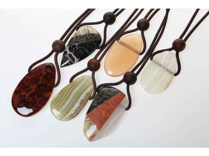 Náhrdelníky s kamenem, přírodní kůží a dřevem