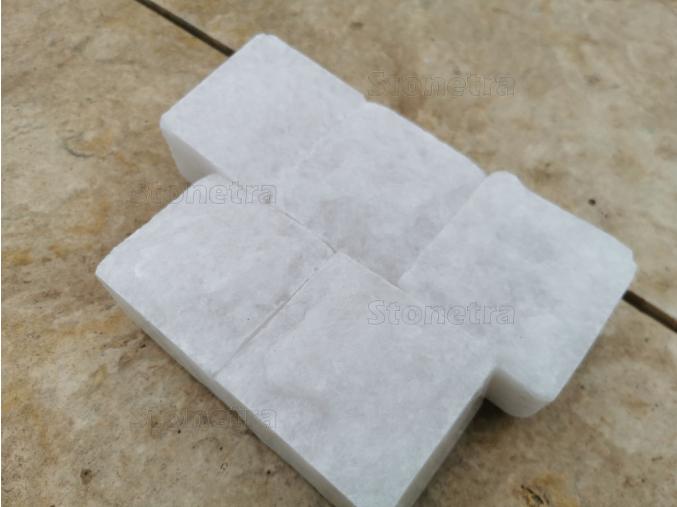 Mramorová dlažba kocka rezaná  / štiepaná biela 6x6x4 cm