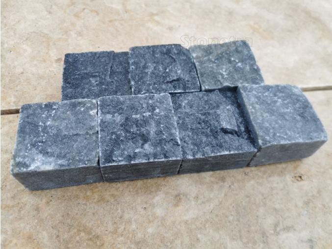 Mramorová dlažba kocka rezaná  / štiepaná čierna 6x6x4 cm