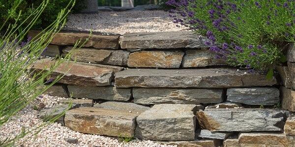 Jak vytvořit skalku s přírodním kamenem? Jak kámen vybrat a které rostliny jsou nejvhodnější?