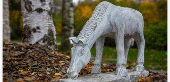 Kůň (bílošedý mramor)