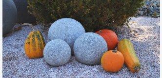 žulové koule dekorace do zahrady