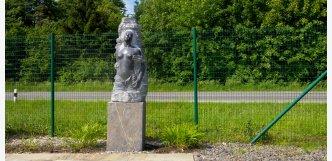 socha ženy ve skále